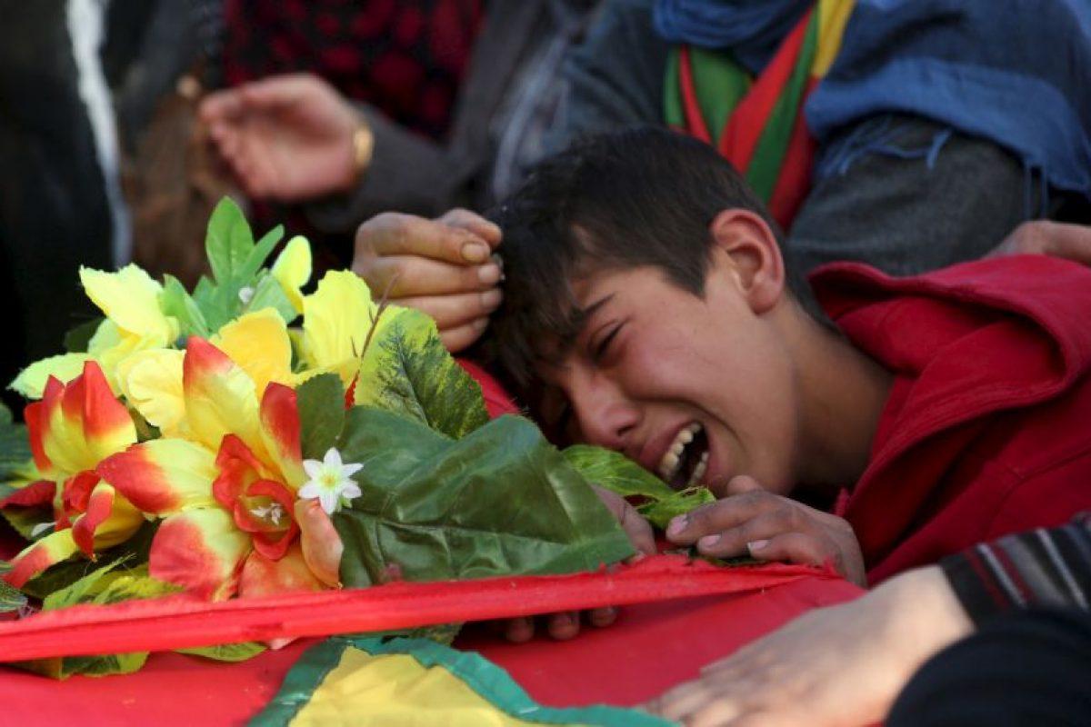 Un niño llora sobre el ataúd de un combatiente de las Unidades de Protección del Pueblo Kurdo, quien murió en la lucha contra ISIS. Foto:AFP. Imagen Por: