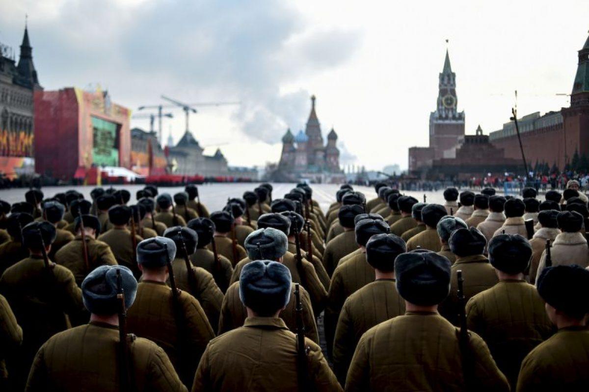 Soldados rusos vestidos con uniformes de la Segunda Guerra Mundial durante desfile militar. Foto:AFP. Imagen Por: