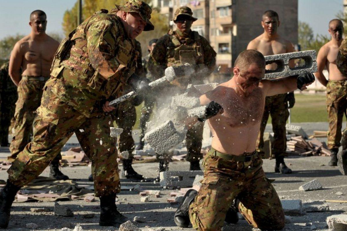 Un militar armenio rompe bloques usando un martillo durante la celebración del 23 aniversario de la formación de las tropas de reconocimiento de las Fuerzas Armadas. Foto:AFP. Imagen Por: