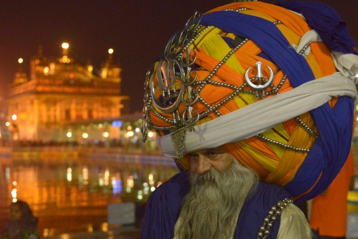 Un Sikh Nihang indio (un guerrero religioso tradicional sij) con su turbante tradicional. Foto:AFP. Imagen Por: