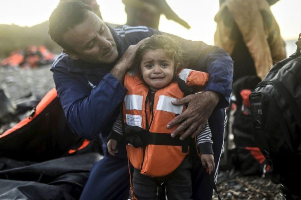 Doctor examina a una niña migrante que en la isla griega Lesbos. Foto:AFP. Imagen Por: