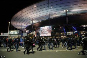 La salida del estadio sorprendió a todos cuando el público entonó el himno nacional francés. Foto:AP. Imagen Por: