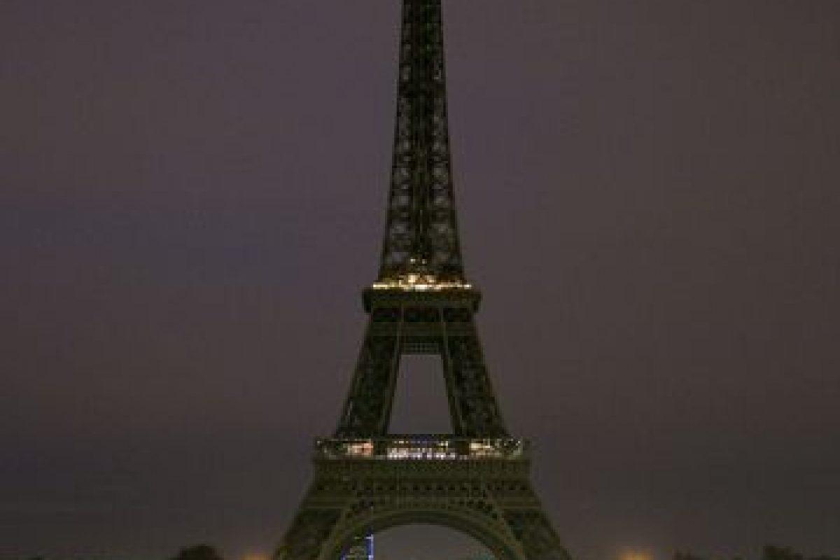 """Así amaneció París. Sin luces en la Torre Eiffel por el luto después del horro de los atentados del llamado """"13-N"""". Foto:Getty Images. Imagen Por:"""