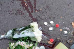 Con flores, veladoras, mensajes y oraciones, rindieron tributo a las víctimas. Foto:Getty Images. Imagen Por: