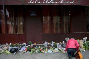 Le Carrillon, uno de los lugares atacados, se llenó de veladoras y flores. Foto:Getty Images. Imagen Por:
