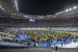 Luego de los tiroteos y explosiones oídas en las inmediaciones del estadio de Francia, la gente no pudo salir. Foto:vía Getty Images. Imagen Por: