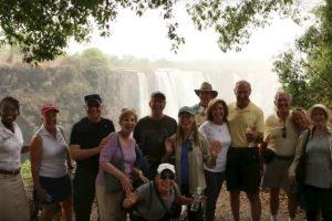 Victoria Falls, localizada en la frontera de Zambia y Zimbabwe, de más de 1600 metros de largo por 91 metros de alto no se ha secado, tal como se corrían rumores en redes sociales. Foto:Vía Youtube. Imagen Por: