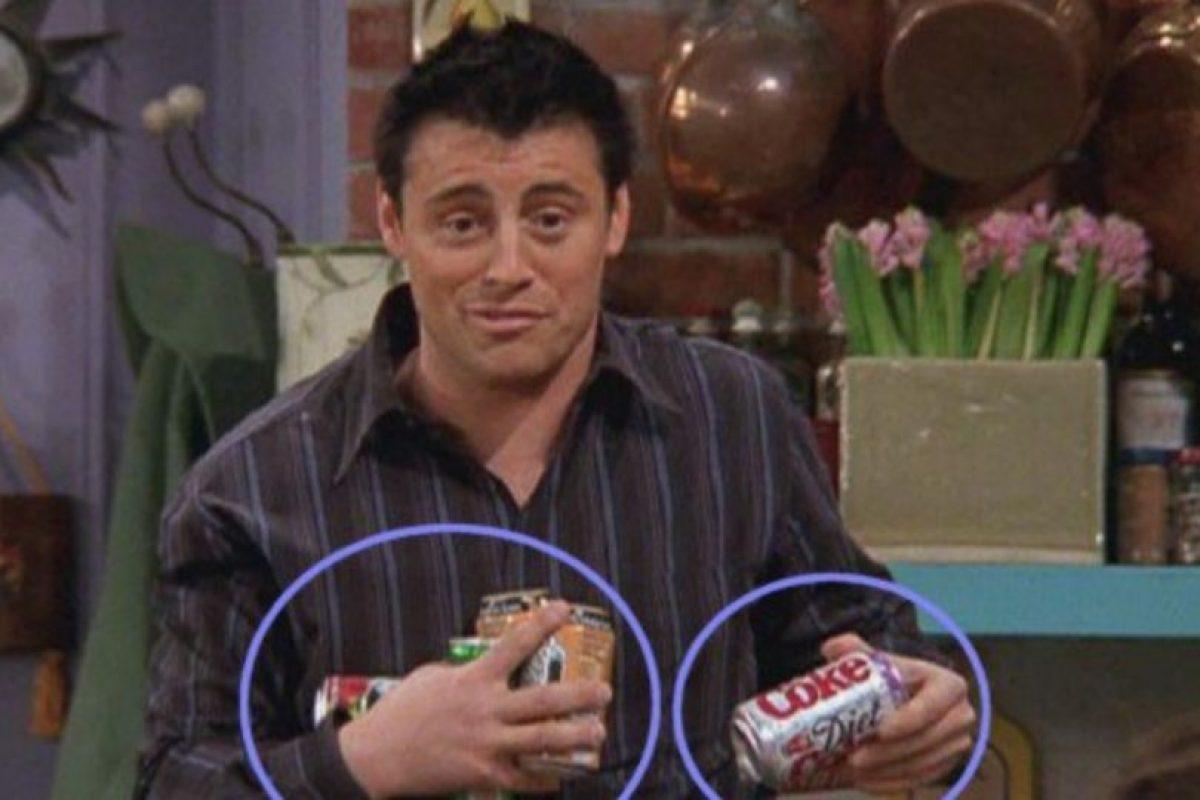 """¿Cuántas bebidas lleva """"Joey"""" en sus manos? Foto:Vía YouTube / Warner Bros. Imagen Por:"""