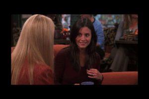 """En esta escena, """"Phoebe"""" charla con """"Mónica"""" mientras toma un café. Foto:Vía YouTube / Warner Bros. Imagen Por:"""