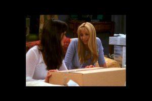 """""""Mónica"""" envuelve una caja de regalo. Foto:Vía YouTube / Warner Bros. Imagen Por:"""