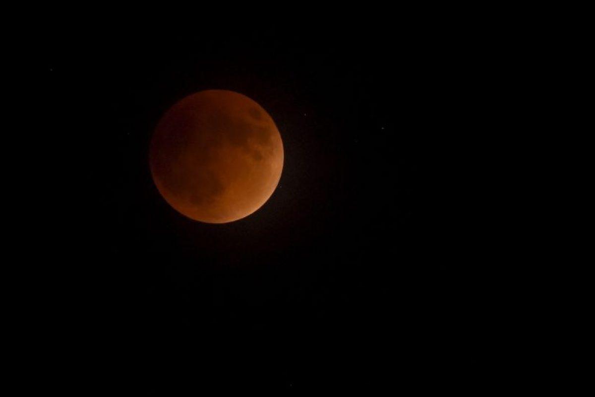 Este fenómeno astronómico ocurre cuando el sol, la tierra y la luna alinean sus trayectorias, y nuestro planeta queda en medio de los otros dos cuerpos celestes. Foto:Getty Images. Imagen Por:
