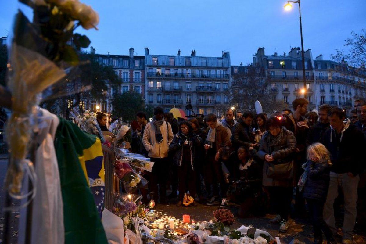 Sin embargo, los habitantes y turistas de París se resisten a entregarse al miedo y este sábado, mucha gente salió a las calles de la ciudad aunque las tiendas y monumentos históricos se mantuvieron cerrados. Foto:Getty Images. Imagen Por:
