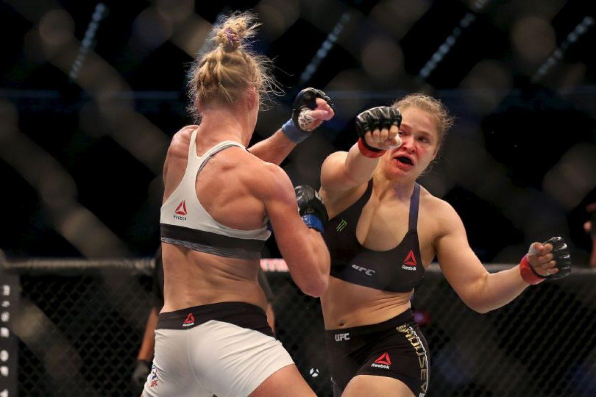 """La excampeona mundial de boxeo conectó varias veces a """"Rowdy"""" y con sus movimientos, evitó que ser golpeada.q Foto:Getty Images. Imagen Por:"""