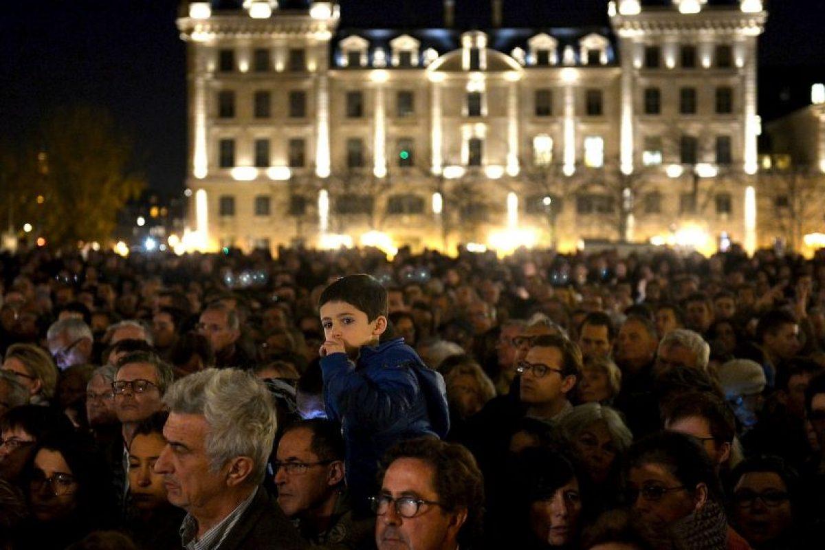 Una multitud que se congregó frente a la catedral de Notre Dame para recordar a las víctimas. Foto:Getty Images. Imagen Por: