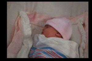 Y cuando la coloca en su cuna, la bebé lleva un gorrito rosa. Foto:Vía YouTube / Warner Bros. Imagen Por: