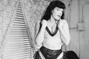 Se hizo famosa por tomarse fotos de sadomasoquismo. Foto:vía Getty Images. Imagen Por: