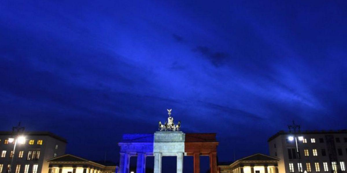 Edificios del mundo encienden colores por Francia