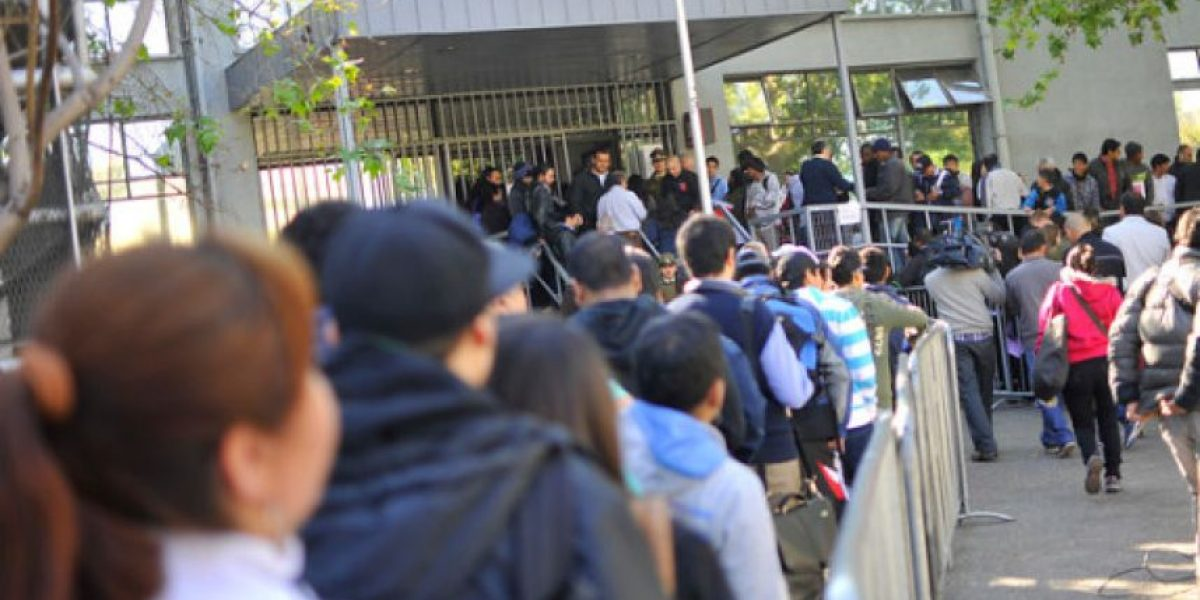 Funcionarios del Registro Civil retrasan hora de apertura por posibles descuentos
