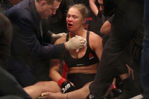 Ronda Rousey fue noqueada y con la cara sangrante, no lo quedó más que aceptar su derrota. Foto:Getty Images. Imagen Por: