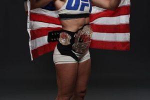 Y Holly ya puede lucir su nuevo cinturón. Foto:Getty Images. Imagen Por: