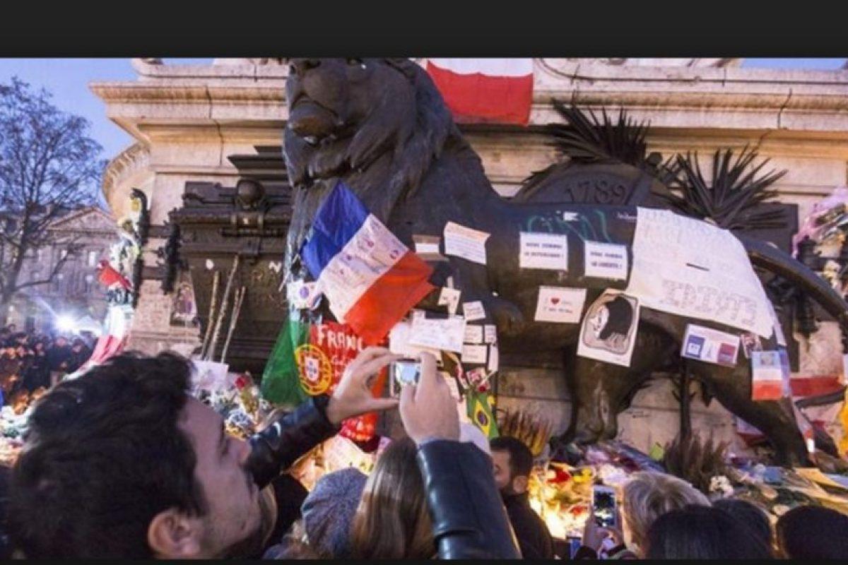 Después de los hechos, las muestras de apoyo y cariño con las víctimas fueron evidente. Foto:AP. Imagen Por: