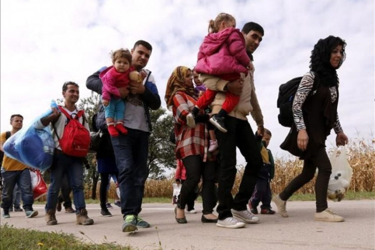 Según informaciones periodísticas, uno de los sospechosos de los ataques, que se atribuyó el grupo yihadista Estado Islámico (EI), pudo haber llegado a París tras haber cruzado Serbia y Croacia como refugiado. Foto:EFE. Imagen Por: