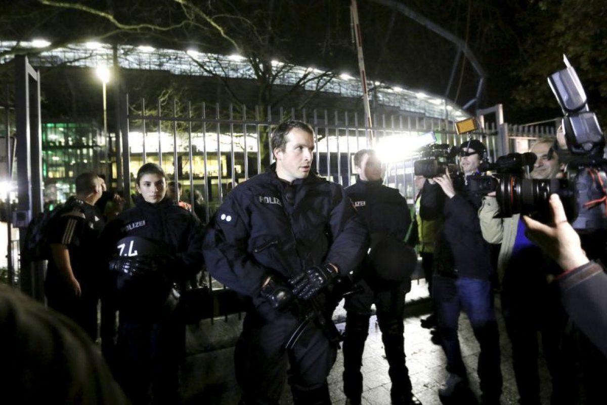 Decenas de oficiales se encontraban en las calles. Foto:AP. Imagen Por: