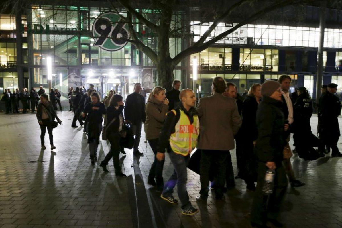 Los fanáticos fueron desplazados a la calle Foto:AP. Imagen Por: