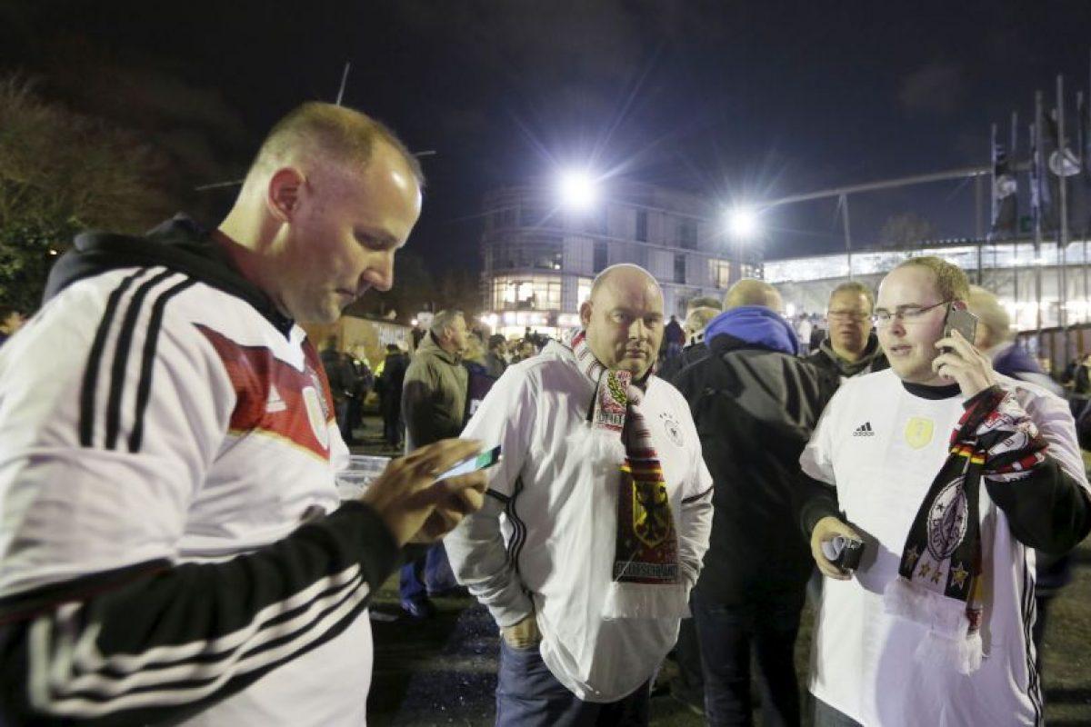 Algunos parecían querer averiguar lo que sucedía. Foto:AP. Imagen Por: