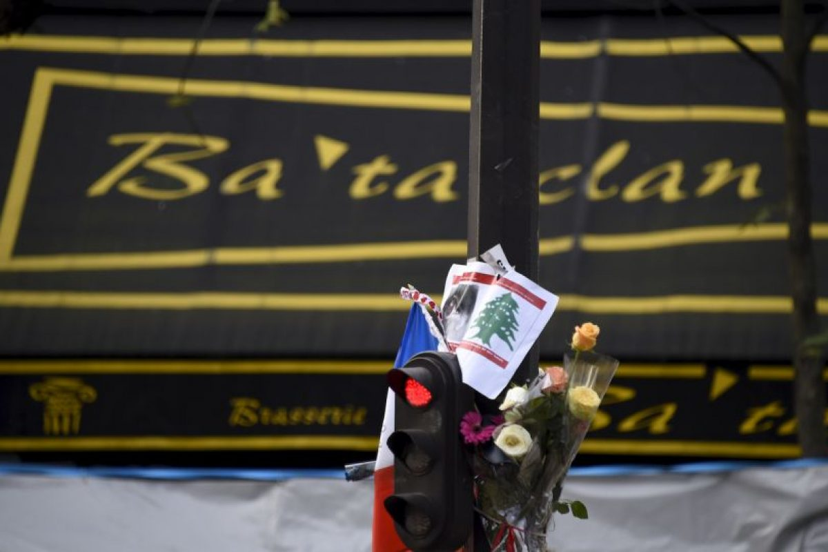 También hay ofrendas en los sitios de los atentados, como la sala de conciertos Bataclán Foto:AFP. Imagen Por: