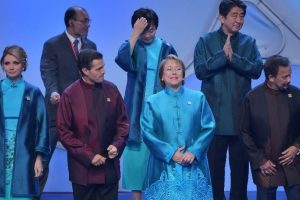 """Una de las """"tradiciones"""" que cada año rodea a esta cumbre es que el país anfitrión regala una prenda a los asistentes como símbolo de cooperación Foto:AFP. Imagen Por:"""