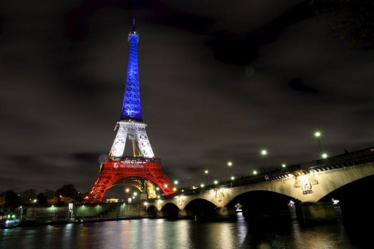Históricos edificios se han pintado con los colores de Francia Foto:AFP. Imagen Por: