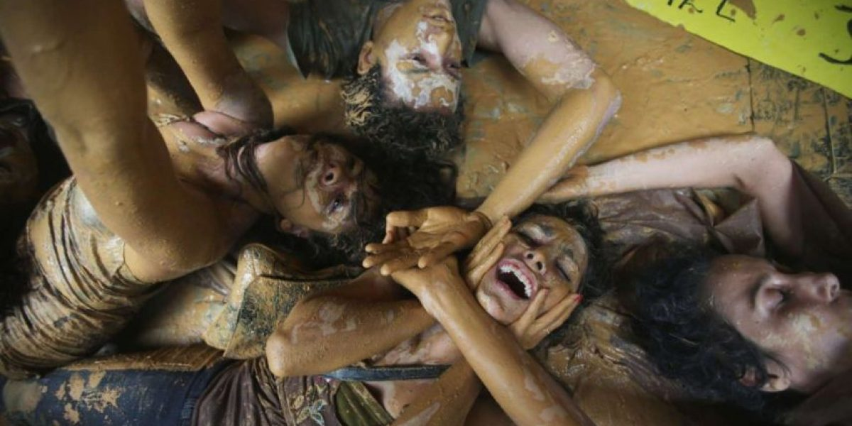 FOTOS: simularon el deslave para protestar por el desastre en minera de Brasil