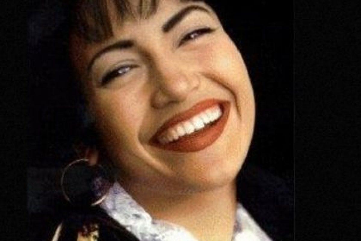 """En 1997, JLo consiguió su primer papel protagónico al interpretar a la """"reina del tex-mex"""", la fallecida cantante, Selena Quintanilla. Foto: IMDB. Imagen Por:"""
