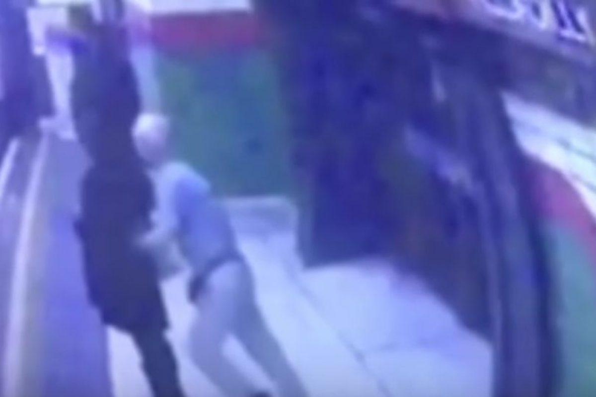 El momento en el que el anciano intenta matar a la mujer musulmana Foto:Twitter. Imagen Por: