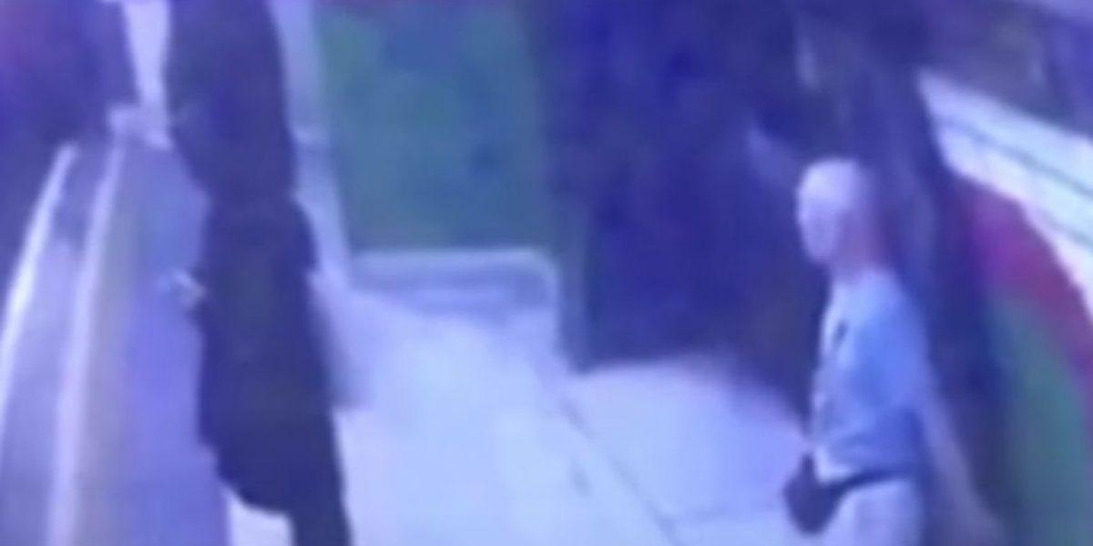 Impactante: anciano empuja a las vías del Metro a mujer musulmana