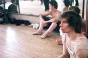 Desertó y se convirtió en un bailarín de fama mundial. Departía con grandes personalidades de la farándula de los años 70. Foto:vía Getty Images. Imagen Por: