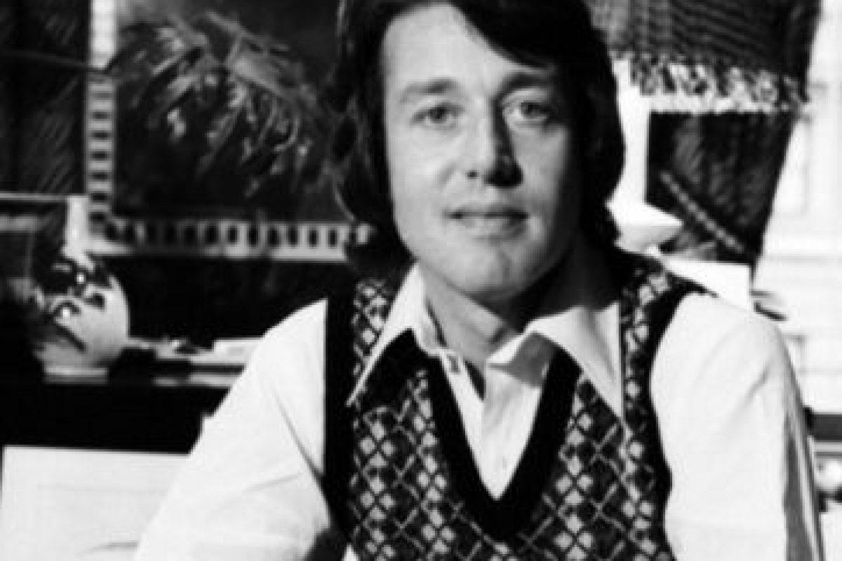Hasta que en los años 80 fue decayendo como diseñador. Lo sacaron de sus propias oficinas y se tuvo que retirar de la moda. Foto:vía Getty Images. Imagen Por: