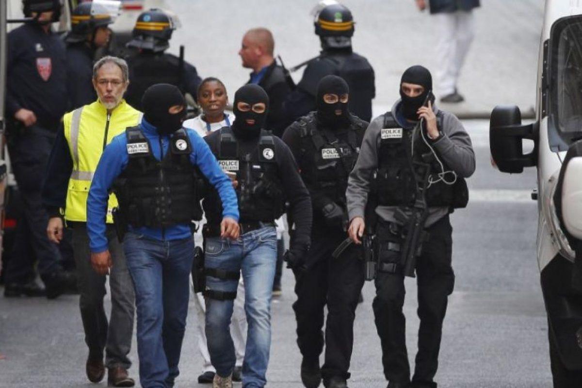 Hoy las autoridades francesas realizaron una redada en la comunidad Saint Denis, al norte de París. Foto:AP. Imagen Por: