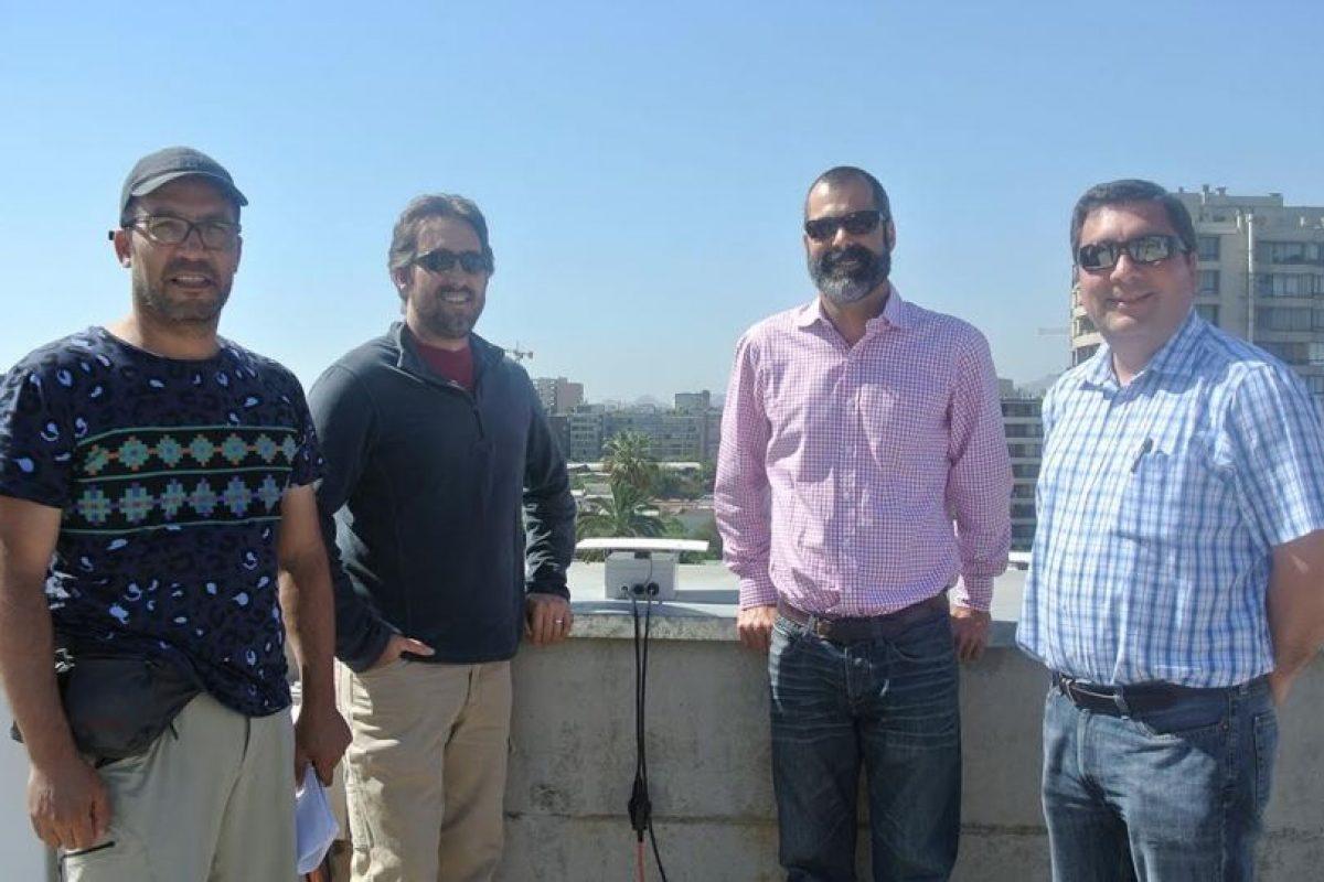 Rodrigo Sanchez (CSN), Thom Ericksen (USGS), Bejamin Brooks (USGS) y Juan Carlos Báez (CSN), al centro la caja de instalación del smartphone. Foto:Gentileza. Imagen Por: