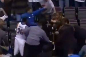 Ron Artest se molestó con un aficionado que le aventó refresco y subió a las tribunas a golpearlo Foto:Youtube: Televomero Sport. Imagen Por: