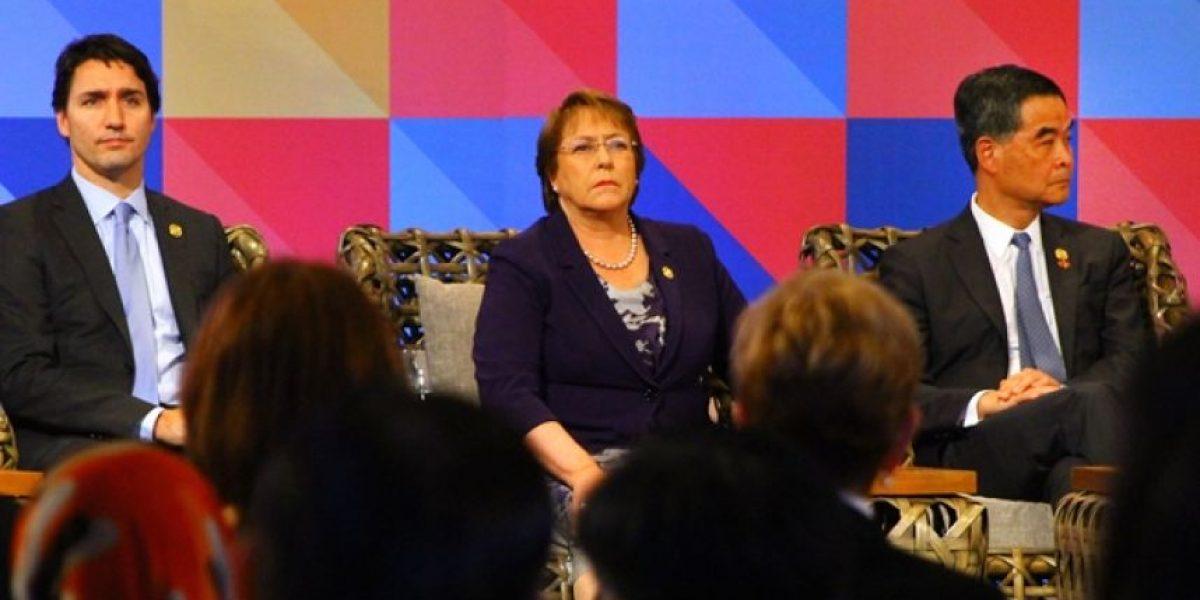 """¿Por qué Bachelet apareció siempre al lado del político más """"cool"""" en las fotos Apec?"""
