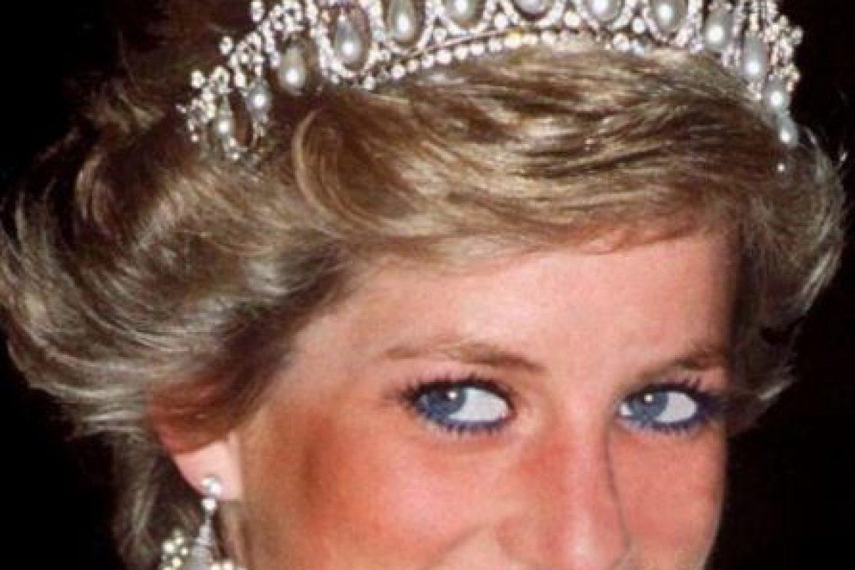 Diana tuvo problemas de bulimia, depresión posparto. Llegó a amenazar por teléfono a Camilla. Foto:vía Getty Images. Imagen Por: