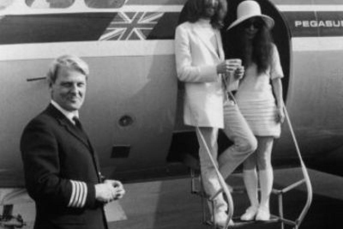 … hasta que John se consiguió a Yoko Ono y definitivamente se divorció. Foto:vía Getty Images. Imagen Por: