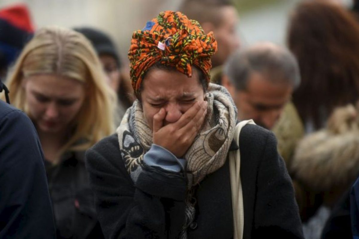 Los franceses y visitantes se protegieron como y donde pudieron. Foto:Getty Images. Imagen Por: