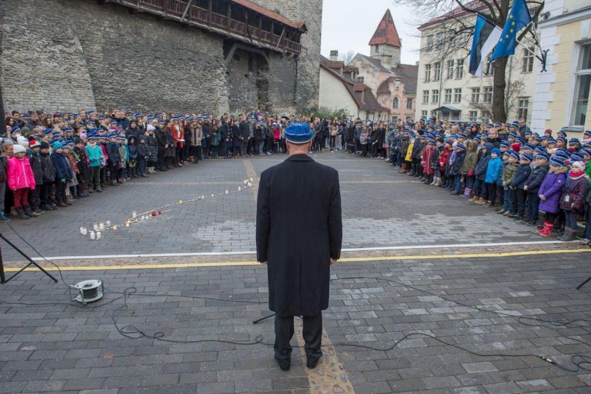 Niños en una escuela de Estonia realizan un minuto de silencio por las víctimas de los atentados terroristas. Foto:AFP. Imagen Por: