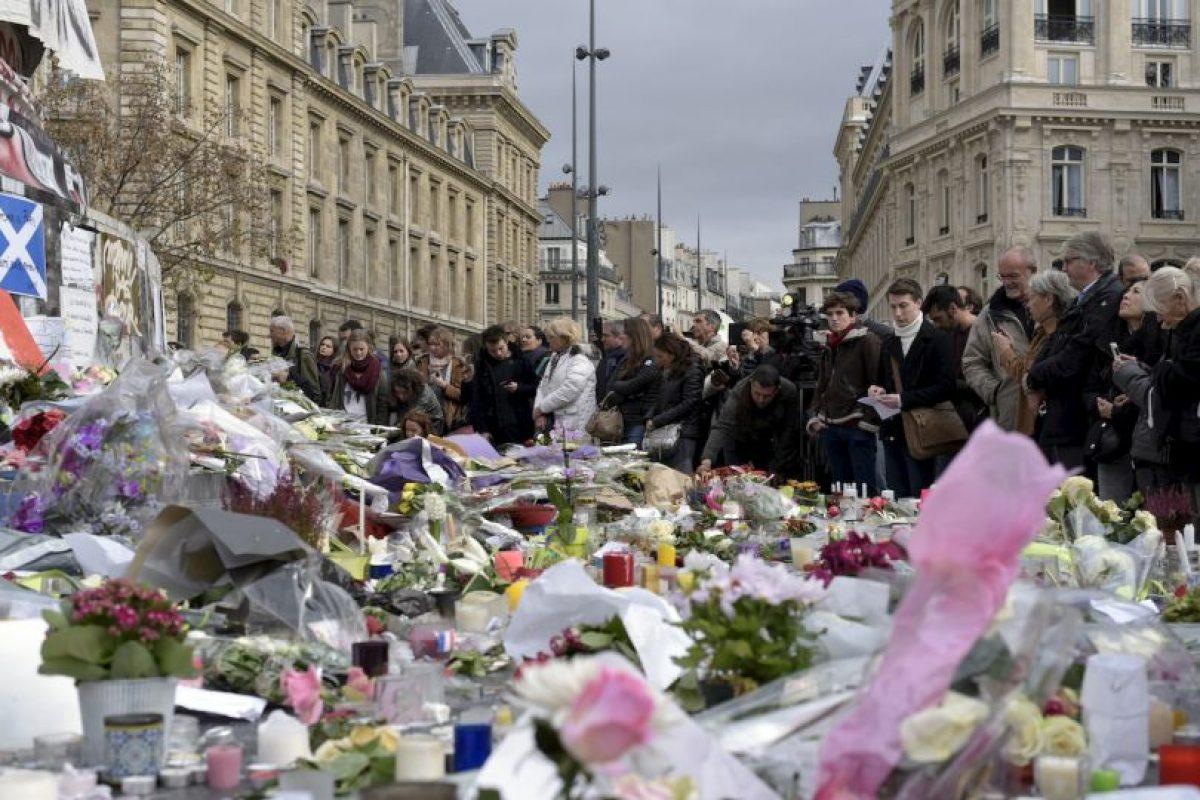 Decenas de personas muestran sus condolencias por los atentados en París. Foto:AFP. Imagen Por: