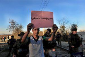 """Migrante sostiene un letrero en el que pregunta: """"¿A dónde se ha ido la humanidad?"""" Foto:AFP. Imagen Por:"""