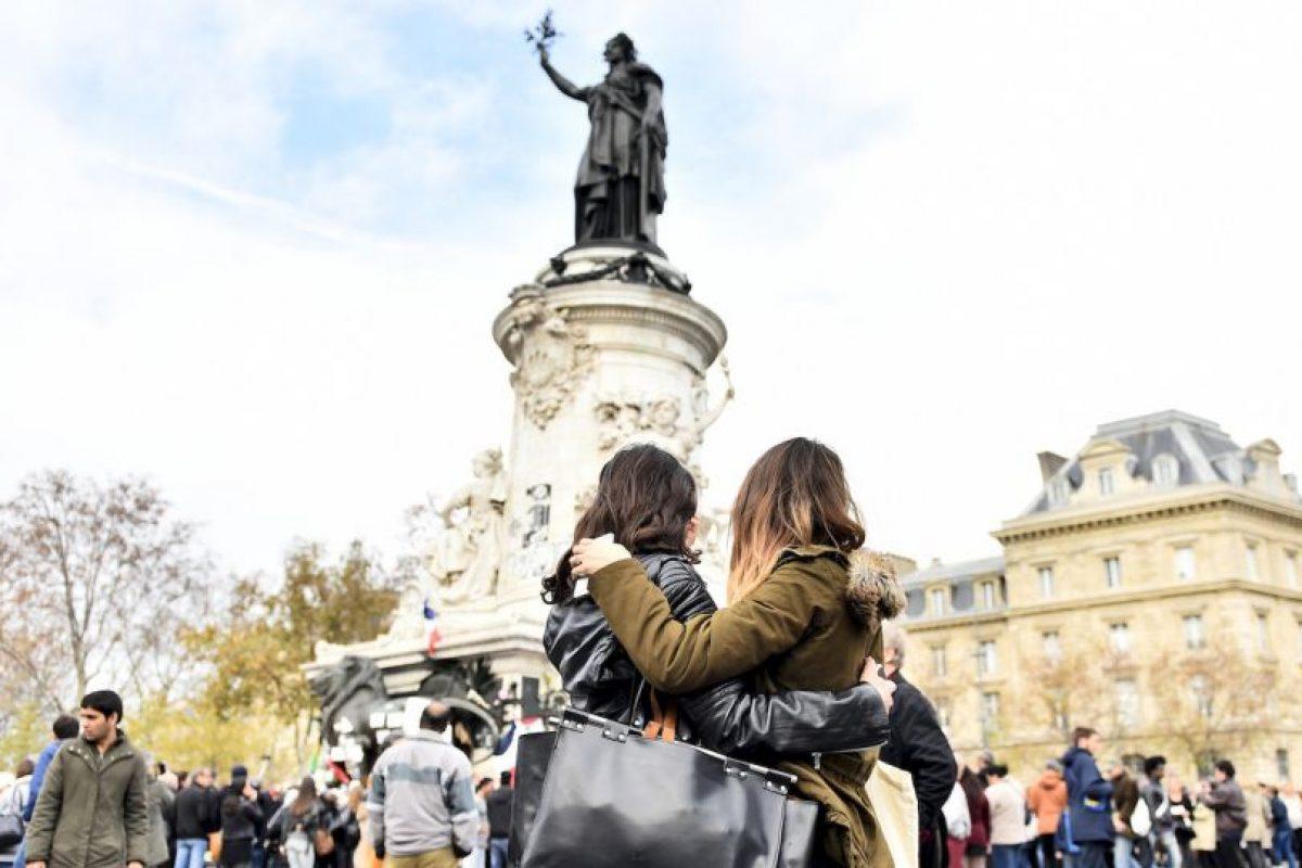 Ciudadanas se abrazan durante ceremonia de recordación en la Plaza de la República en París. Foto:AFP. Imagen Por: