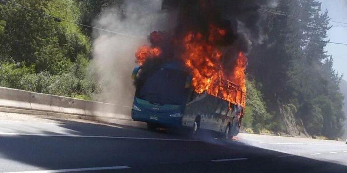 Bus resulta completamente quemado en plena Ruta 68